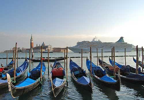 Romantic-Venice-Gondolas-Ferro